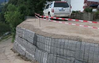 Neuer Fläche für einen Parkplatz durch Hangbefestigung